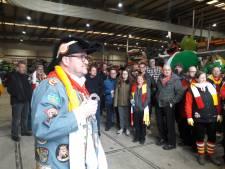'Standbeeld' Sander van de Gevel en aanvoerder van Oeteldonksche Club krijgt bij afscheid koninklijke onderscheiding