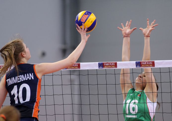 Archieffoto: Eline Timmerman legt de bal langs het Bulgaarse blok weg