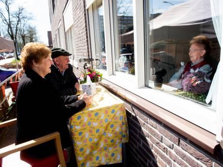 Bewoners Avondzon in Apeldoorn kunnen even, bijna normaal, toch paasbezoek krijgen