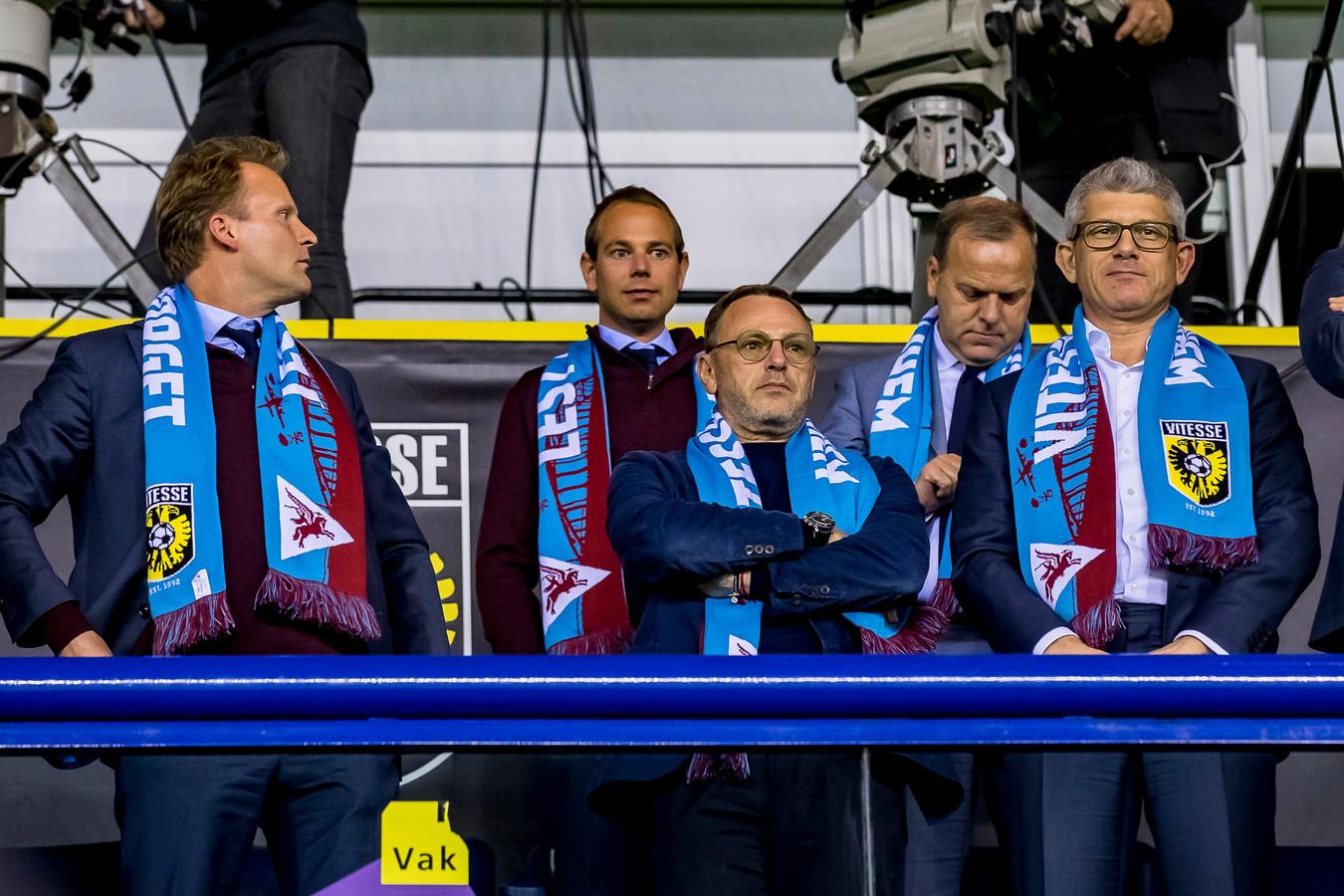 De top van Vitesse, met centraal clubeigenaar Valeri Oyf. Rechts commissaris Yevgeni Merkel, links algemeen directeur Pascal van Wijk.