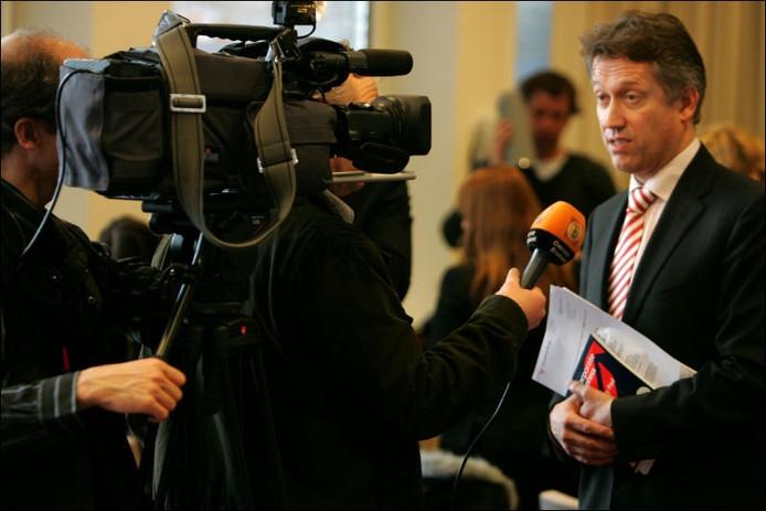 H. Hillenaar (hoofdofficier van justitie) beantwoord vragen van de pers. Foto Ramon Mangold/het fotoburo.