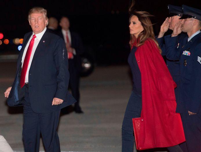 President Donald Trump en First Lady Melania Trump arriveren met de Air Force One op het vliegveld van Palm, op doorreis naar hun buitenhuis Mar-a-Lago voor mogelijk niet zo gezellig weekeinde.
