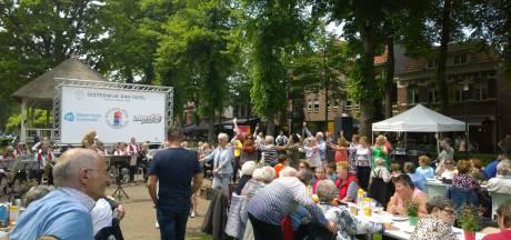 Sociaal Huis, nieuw in Oisterwijk, laat 400 mensen op De Lind aanschuiven met polonaise als gevolg