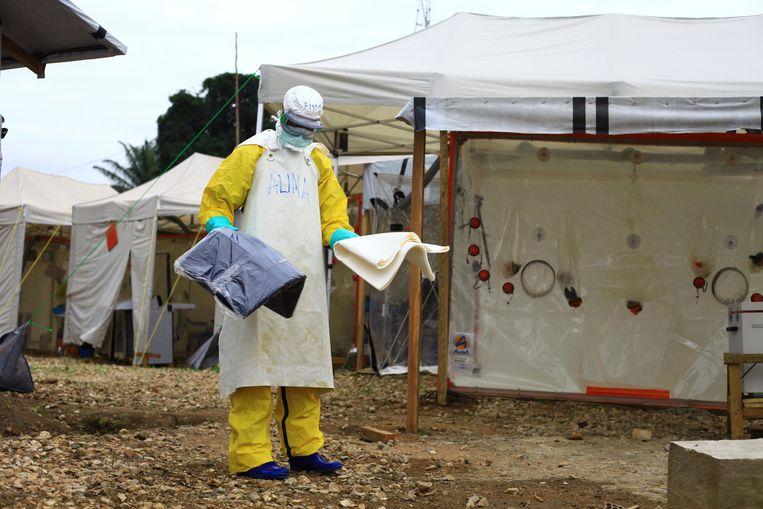Een gezondheidswerker in een centrum voor ebola in Beni in het oosten van Congo.