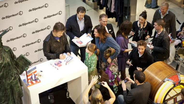 Oliver signeert in de Bijenkorf: er gaan maar honderd fans in dik een uur. Foto Marc Driessen Beeld