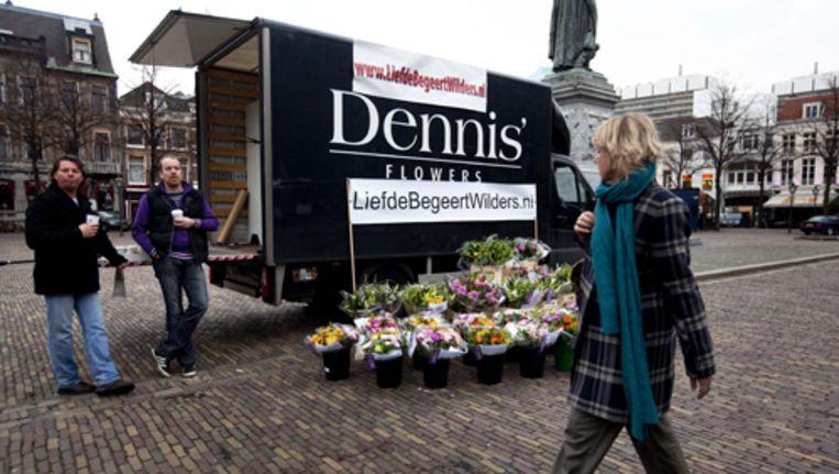 De vrachtwagen met bloemen die cabaretière Nilgün Yerli aan Geert Wilders bij de Tweede Kamer in Den Haag liet bezorgen. Foto ANP Beeld