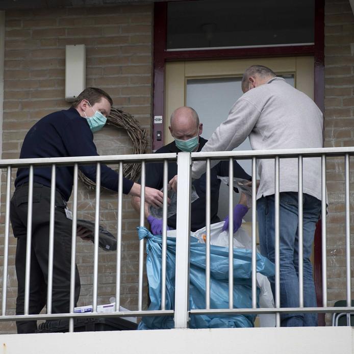 Politiemensen doen onderzoek bij en in een woning aan de Zeswegenlaan waar een 7-jarig jongetje dood is aangetroffen.