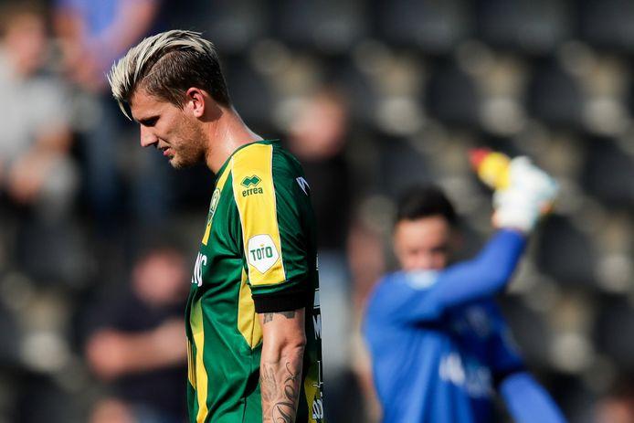 De teleurstelling is van het gezicht van aanvoerder Michiel Kramer te lezen. Op de achtergrond Luuk Koopmans, de enige basisspeler met een voldoende bij ADO Den Haag.