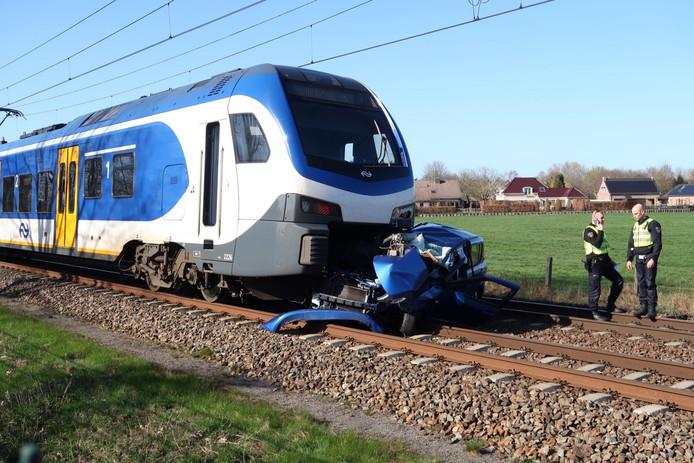 Trein botst op auto in Prinsenbeek