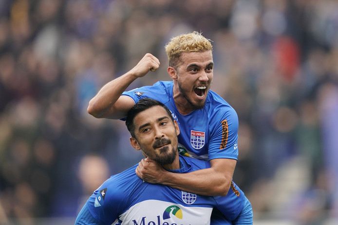 """Mustafa Saymak viert zijn tweede assist tegen ADO Den Haag met doelpuntenmaker Reza Ghoochannejhad. ,,Dit heb ik wel gemist: een echte bijdrage hebben. Misschien is dit ook wel waarvoor ik teruggehaald ben."""""""