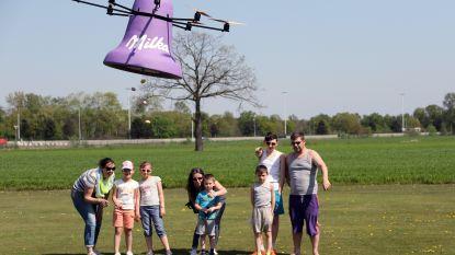 De paasklokken strooien paaseieren over het modelvliegtuigterrein in Vorselaar