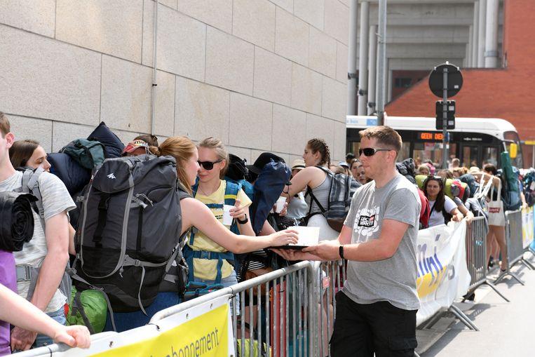 De festivalgangers schuiven in files aan om de pendelbussen richting Rock Werchter te nemen