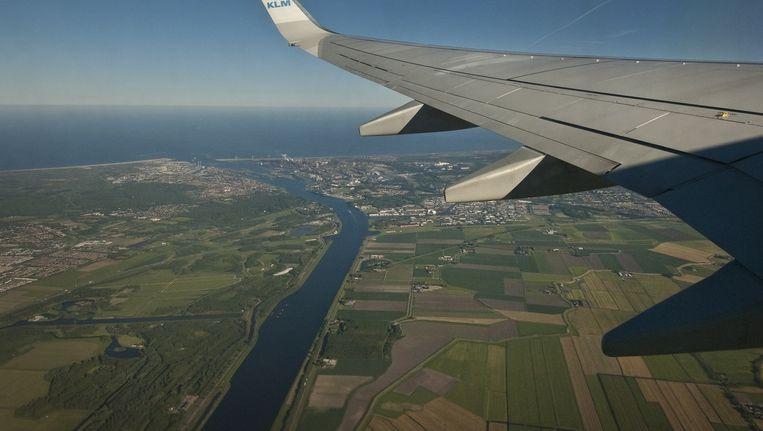 Een luchtfoto met linksonder recreatiegebied Spaarnwoude. Verderop ligt IJmuiden Beeld Floris Lok