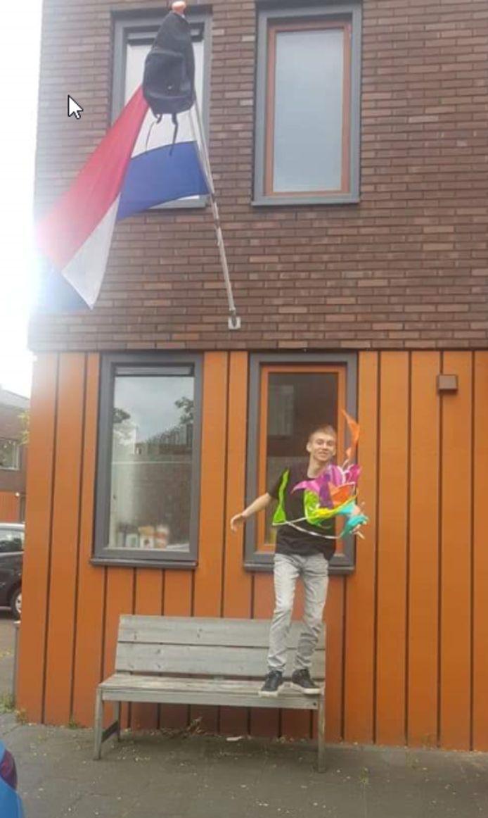 Dyo Evers verdient een dubbele pluim. Vijf jaar lang fietste hij vanuit Deventer naar De Waerdenborch in Holten. Alleen bij heel slecht weer ging de zestienjarige met de trein. Dat hoeft voortaan niet meer. Dyo gaat op het Aventus in zijn eigen Deventer de opleiding Commercie volgen.     Na 5 jaar met de fiets en alleen met barre weersomstandigheden met de trein dagelijks naar Holten, nu eindelijk geslaagd.  Makkelijk ging het niet, maar deze is nu in the pocket!