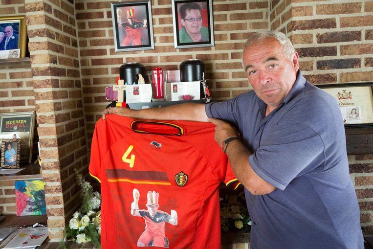 Theo Umans neemt T-shirts met de afbeelding van zijn overleden zoon mee naar het WK.