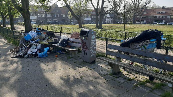Deels verbrande rommel op en rond een zitbankje op het Gerardusplein in Stratum.