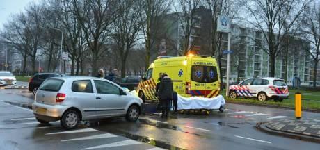 Scooterrijdster gewond na botsing met auto in Tilburg