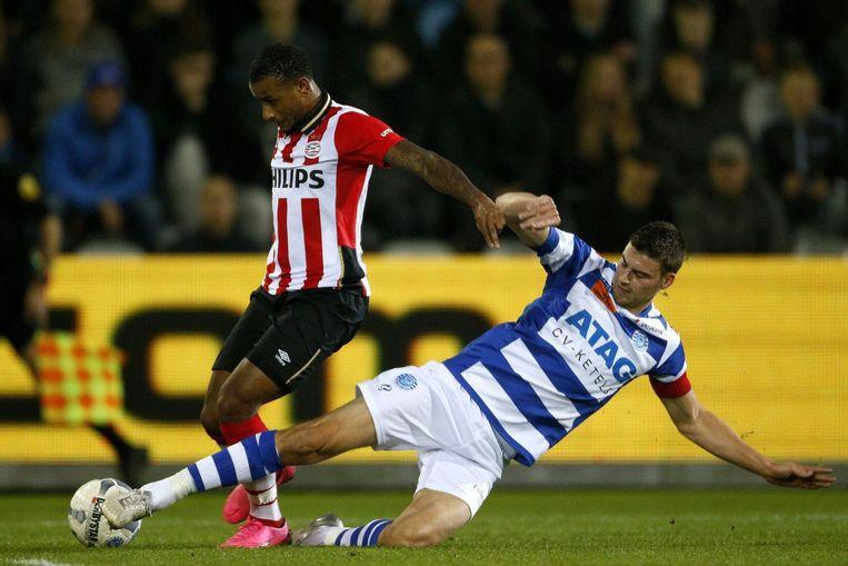 Luciano Narsingh van PSV in duel met Ted van de Pavert van De Graafschap. Beeld photo_news