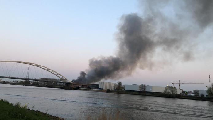 Er is sprake van veel rookontwikkeling bij de brand bij een papierverwerker aan de Veerplaat in Dordrecht.