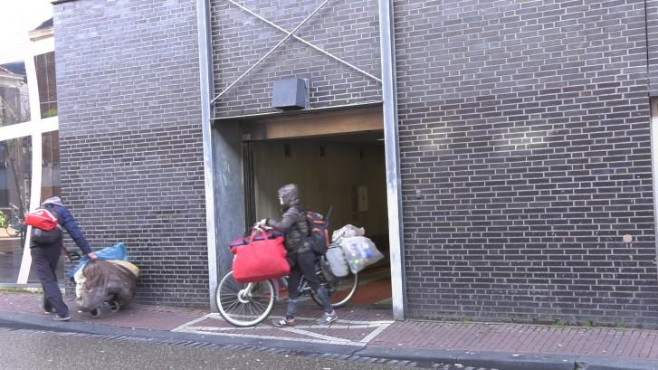 Nijmeegse parkeergarage is zwervershotel: bedden opgemaakt in technische ruimte