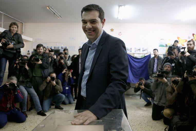 De leider van de partij Syriza, Alexis Tsipras brengt zijn stem uit in Athene. Beeld reuters