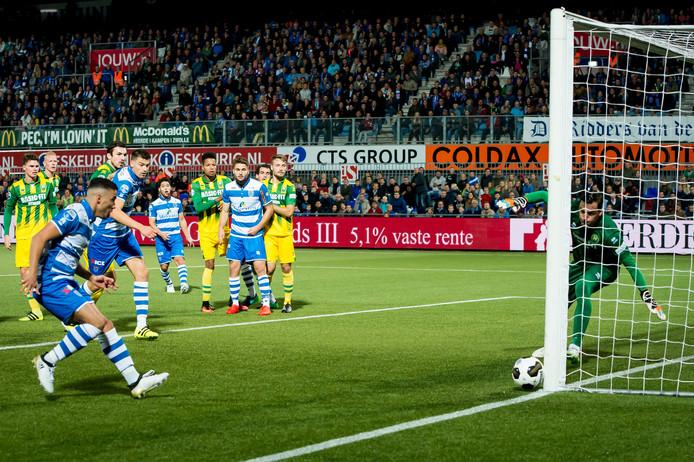 De kopbal van PEC Zwolle speler Anass Achahbar gaat op de paal. Foto: ProShots