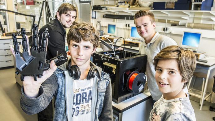 Leerlingen bij 3D-printer Bataafs Lyceum. Van links naar rechts: Mathijs Jacobs, Niek Onrust, Daan Geerdink en Dion Lodder.