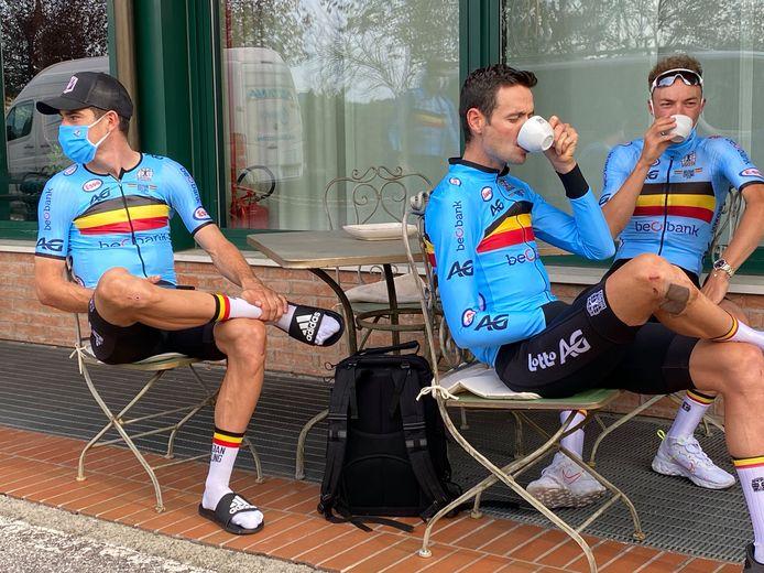 De Belgen Wout van Aert, Pieter Serry en Loic Vliegen genieten van een koffie na hun verkenningsronde.