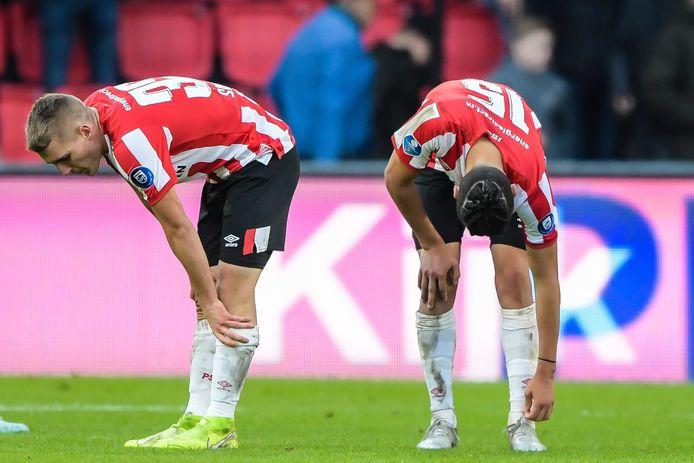 Michal Sadílek en Érick Gutiérrez na de 0-4 nederlaag tegen AZ.
