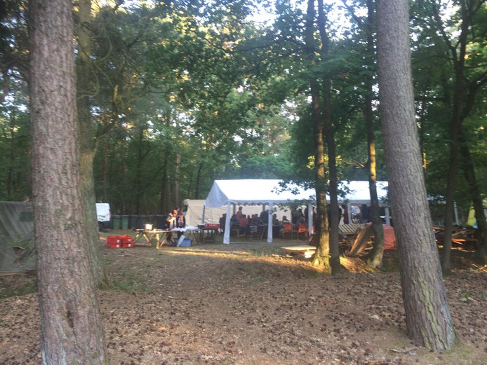 Het tentenkamp staat klaar in het bos voor het 50ste voetbalkamp van Constantia Wanroij.