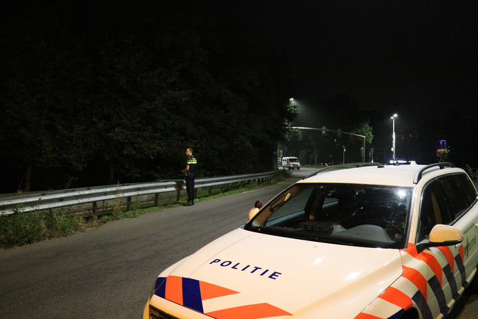 Zoekactie in bossage langs weg in Utrecht