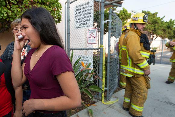 Een vrouw heeft last van haar oog door de brandstoflozing.