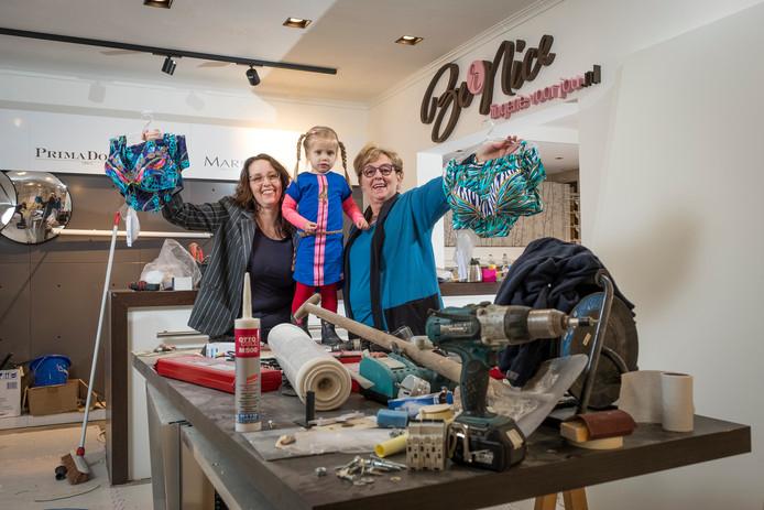 Bernice den Boon (l) met dochter Sifra en oma Mannie Veldkamp in de nieuwe lingeriezaak.