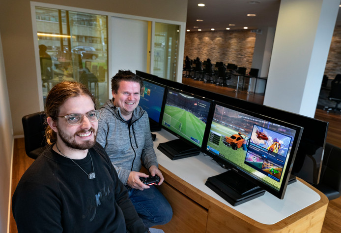 Dick Rennings (links) en Bas van Helmondt in het eSports Game Center op Strijp-S.