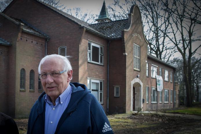 Theo Solen bij het voormalige klooster Maria-Oord in Luttenberg.