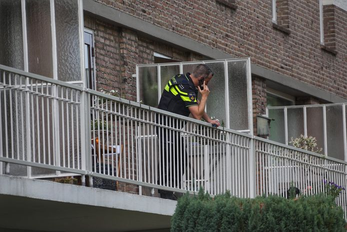 De politie doorzocht woensdagochtend een woning en garagebox in Oss.