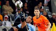Boulahrouz debuteert op tv en neemt agressieve voetballers onder handen