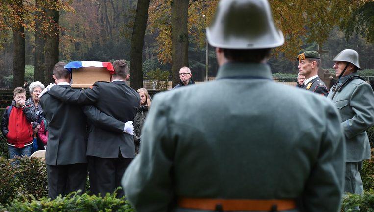 Marinus de Wit en Pieter Saarloos, beiden omgekomen in mei 1940, kregen donderdag een blijvende rustplaats. Beeld Marcel van den Bergh