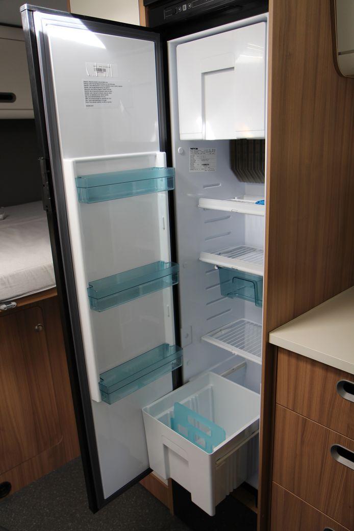 De grote koelkast met diepvries en onderin een lade waar 1,5 liter flessen in rechtop kunnen staan