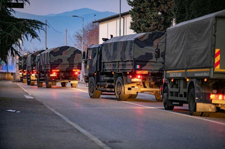 Het Italiaanse leger heeft de opdracht gekregen de doden van Bergamo elders te herbergen, omdat in de stad zelf geen plek meer is.   Beeld null
