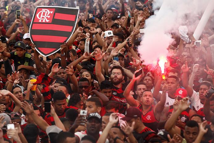 Fans van Flamengo zwaaiden gisteren met ruim 10.000 fans de spelersbus uit in Rio de Janeiro.