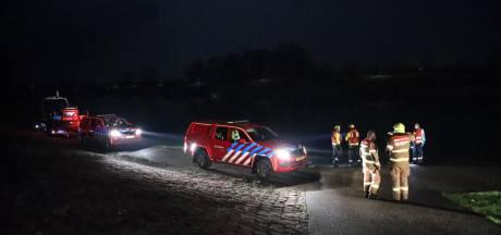 Auto schiet A348 af bij Rheden en vliegt de IJssel in