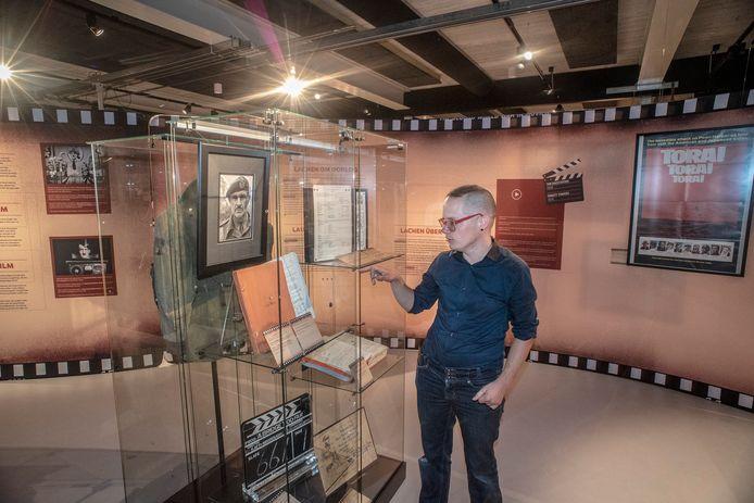 Conservator Rens Havinga bij het deel van de expositie dat aan de film A Bridge Too Far is gewijd.