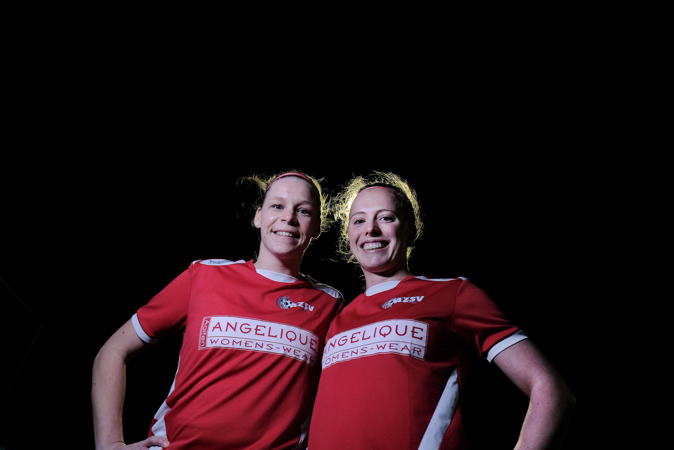 Marijke Somsen (links) en Judith Westervelt van AZSV verloren zaterdagmiddag van Reiger Boys. Foto Jan Ruland van den Brink