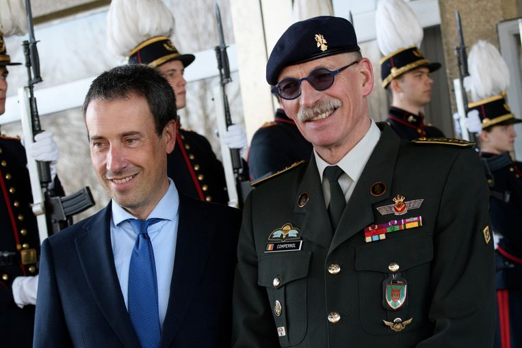 Minister Philippe Goffin en generaal Marc Compernol aan het hoofdkwartier van Defensie in Evere.