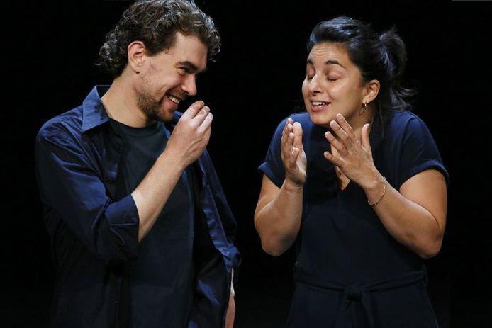Bram Suijker en Mariana Aparicio Torres als de geliefden in 'Ademen' bij Het Nationale Theater
