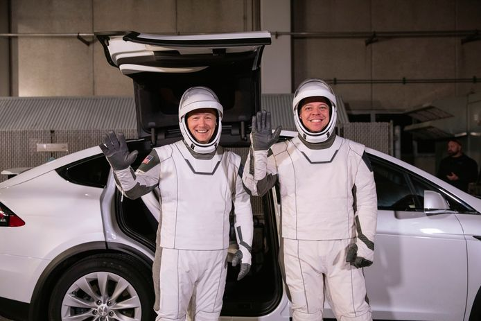 Astronauten Doug Hurley (links) and Robert Behnken poseren voor een Tesla Model X.