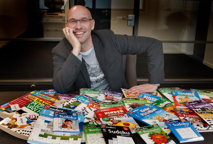 Directeur Martin Sanders met voor zich een hele waaier aan uitgaven op het gebied van puzzelen en denksport. (Archieffoto)