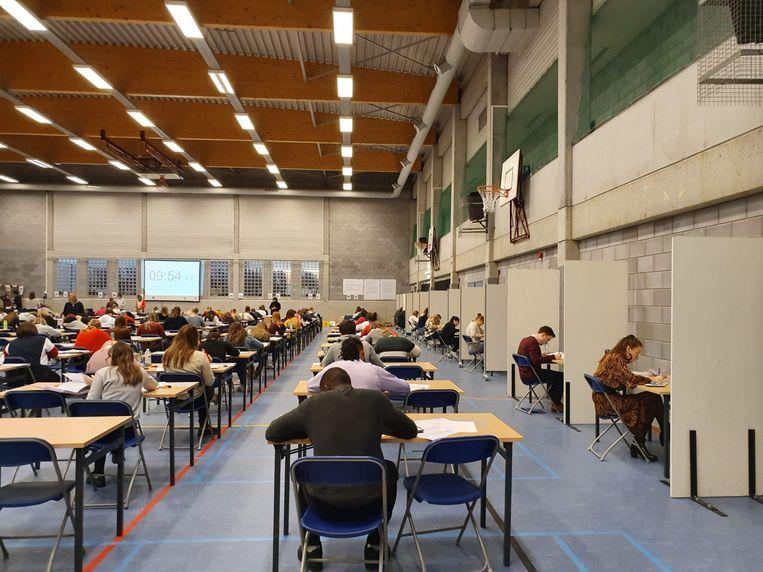 Prikkelarme boxen voor examenstudenten op de Odisee Campus Aalst (rechts in beeld).