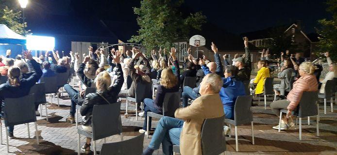 Verkeerswethouder Harry van Rooijen (voorgrond) ziet met een tevreden blik dat het hekwerk op het plein grote steun krijgt in Wijbosch.